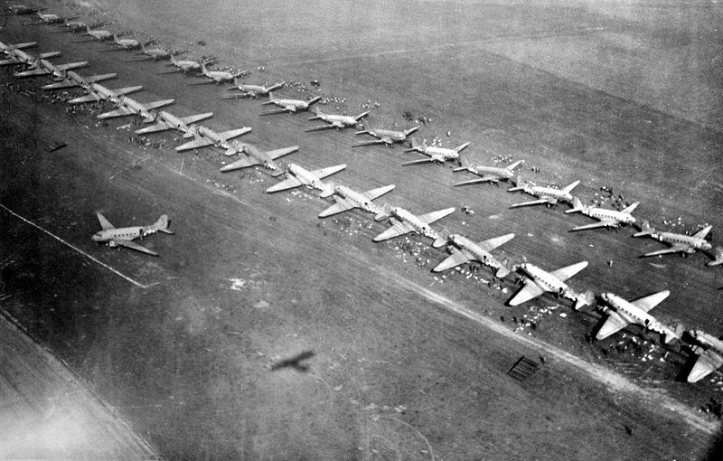 Amerikaanse C-47 transporttoestellen staan klaar om parachutisten aan boord te nemen. Bron: Wikipedia