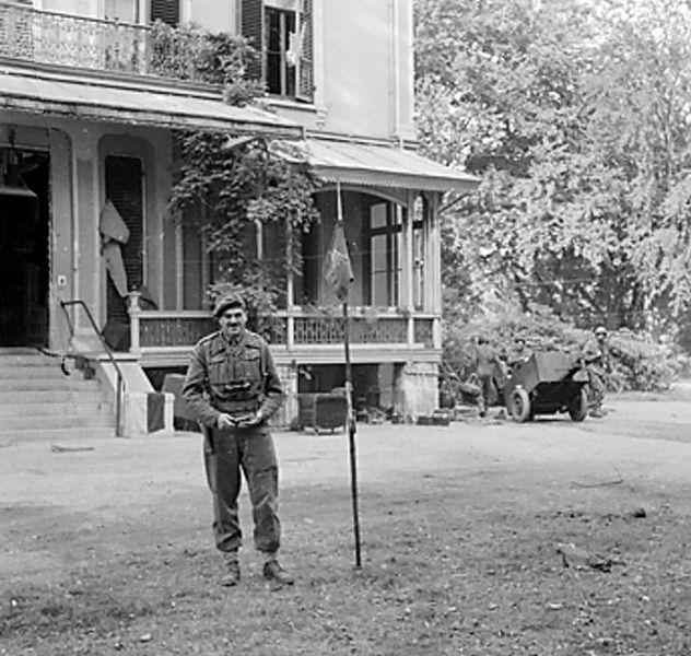 Majoor-generaal Roy Urquhart van de Britse 1e airbornedivisie voor Hotel Hartenstein te Arnhem. Hartenstein was de plek waar de Britten tot het laatst toe stand hielden. Bron: Wikipedia