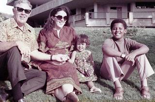 Een jonge Obama met zijn moeder Ann Durham, grootvader Stanley Durham en halfzus Maya Soetoro-Ng (bron: Wikimedia Commons)