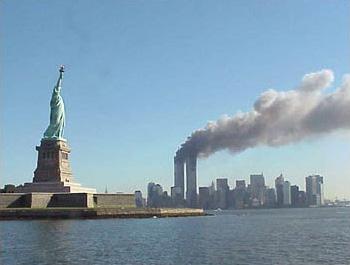 De brandende Twin Towers op 11 september 2001. Bron: Wikipedia