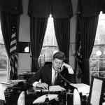 President john F. Kennedy aan de telefoon. Bron: JFK library, geen copyright