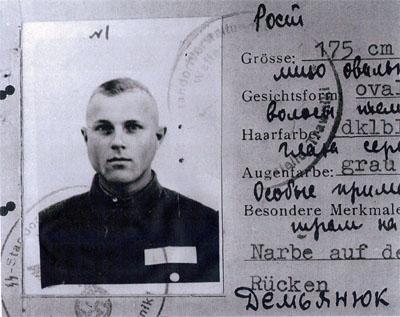 Een deel van de (valse) identiteitskaart met Demjanjuk's foto, die in het proces in Israël belangrijk bewijsmateriaal vormde. Bron: http://www.rnw.nl