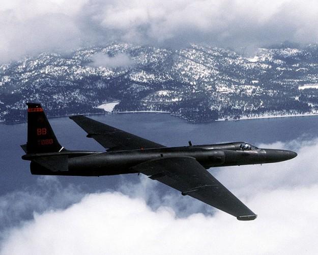 Een U2 spionagevliegtuig. De Amerikaanse piloot Francis Gary Powers werd op 1 mei 1960 neergehaald in een toestel van dit type. Hij overleefde, maar werd gevangengenomen en werd tot 10 jaar gevangenis en dwangarbeid veroordeeld.  Na twee jaar gevangenschap werd hij geruild tegen een Russische spion. Bron: wikimedia commons