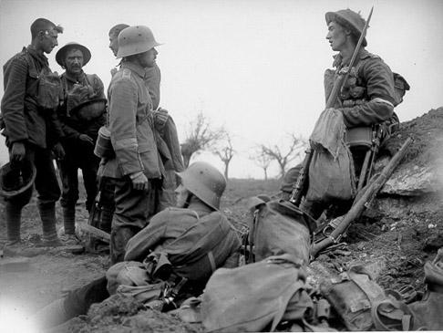 Duitse en Britse soldaten ontmoeten elkaar in niemandsland tussen de loopgraven. Ook in 1915 en 1916 waren er op enkele plekken langs het front nog verbroederingen, maar naar mate de oorlog vorderde en de legerleiding dit soort taferelen met hande hand de kop in drukte, verdween het 'kerstwonder' helemaal van het slagveld. Bron: wikipedia