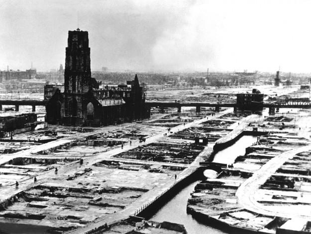 Op 14 mei 1940 rond 13.30 uur voerden de Duitsers in het kader van de aanval op Nederland een bombardement op Rotterdam uit. Dit om de eis tot overgave kracht bij te zetten. Foto van de schade met daarop de ruïne van de Laurenskerk in Rotterdam. (bron: Wikimedia Commons)