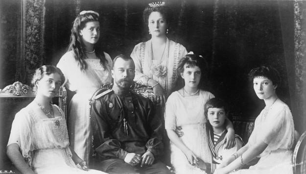 De tsaar en zijn familie in 1914. Gezeten met zijn vrouw Olga en kinderen Alexandra, Maria, Anastasia, Alexei en Tatiana. Bron: Wikimedia.