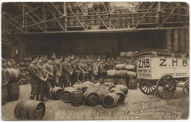 Geïnterneerde Engelse militairen op bezoek bij een Haagse bierfabriek. (Rechten betaald bij de Haagse Beeldbank.)