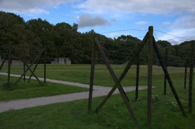 """Kamp Westerbork. Alle originele barakken zijn verdwenen. Deze kunstzinnige """"restanten geven aan waar de barakken ooit stonden. bron: Flickr"""