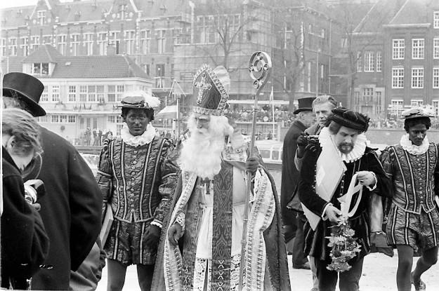 Sinterklaasintocht in Amsterdam in 1968, met zowel zwarte als blanke helpers. beeld ANP
