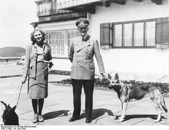 Hitler en zijn minnares Eva Braun en zijn hond Blondi op de Obersalzberg, het buitenverblijf van Hitler in de Beierse alpen. Ullrich toont aan dat de relatie tussen Hitler en Braun inniger was dan voorheen bekend. (bron:  Wikimedia Commons).