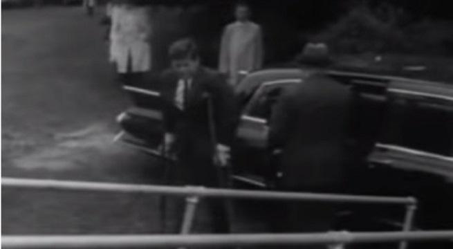 1961: Kennedy arriveert op krukken voor een ontmoeting met de Japanse premier Ikeda