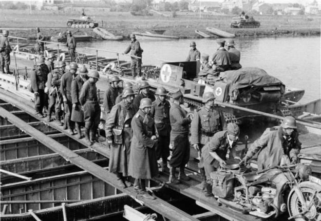 Uiteindelijk waren de Duitsers in staat om elke hindernis te nemen, zoals hier met behulp van een pontonbrug. bron: wikimedia commons