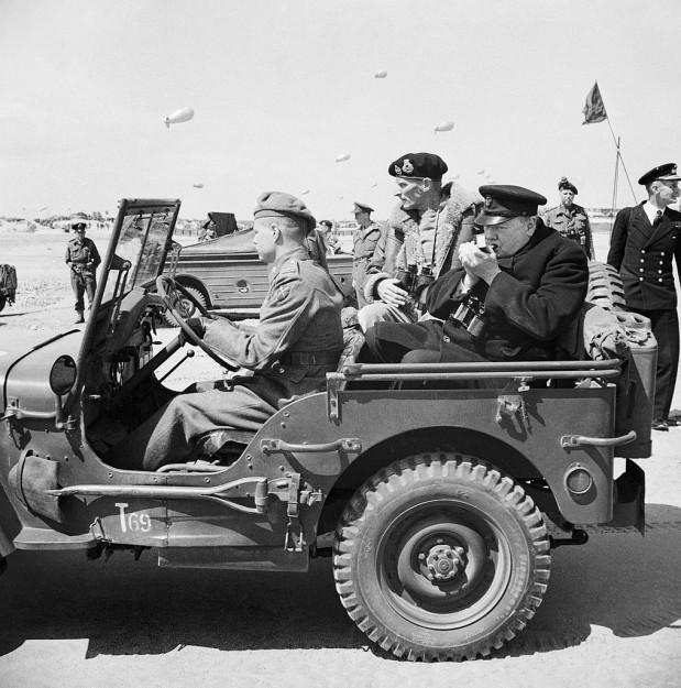 Generaal Montgomery en Churchill in Normandië, 12 juni 1944.