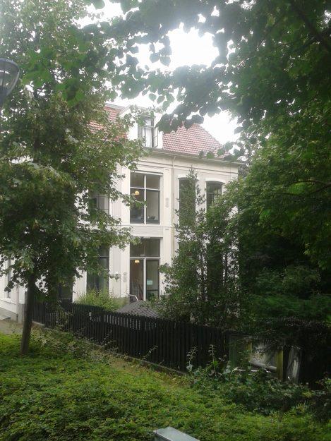 Het huis waar de barones en haar man in woonden staat er nog, verscholen tussen de bomen