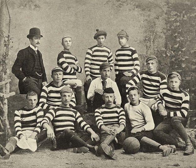 Teamfoto Koninklijke Haarlemsche Football Club. Door Unknown photographer; upload by Wfm 10:23, 6 September 2007 (UTC) - archief Kon.HFC; zie ook GaHetNa (Nationaal Archief NL). Bron: Wikipedia.nl