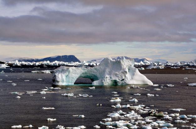 Het niet bevroren water aan de Noordpool. Bron: https://commons.wikimedia.org/wiki/File:Iceberg_with_hole_edit.jpg