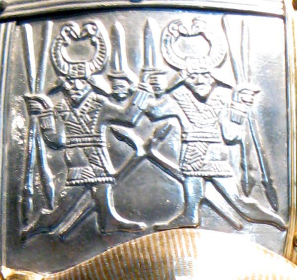 Fragment van replica Sutton Hoo-helm met dansende krijgers. Bron: wikimedia.org.