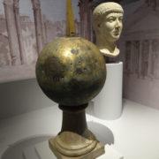 Bronzen kogel met de as van Caesar. Op de achtergrond het hoofd van Constantijn. Foto auteur.