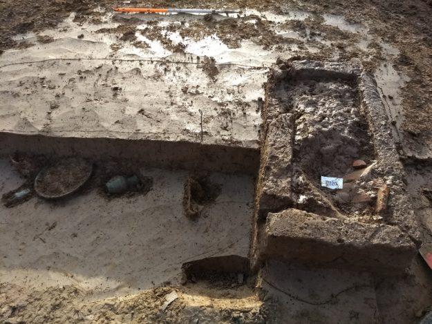Opgraving askist op het Romeinse grafveld